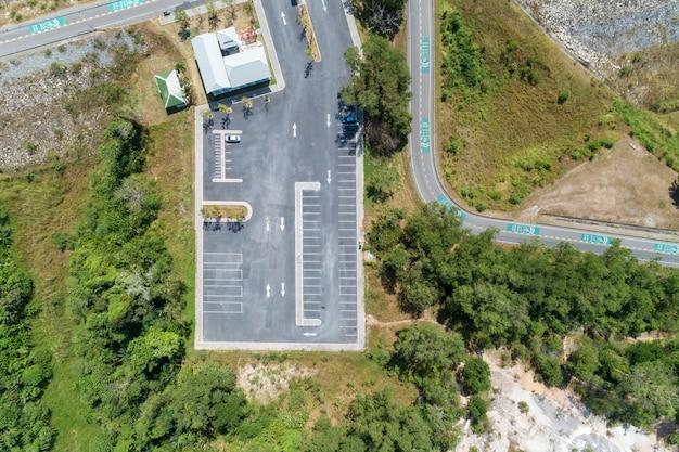 Luchtmeningshommel schot van parkeerterrein in openlucht voertuigen in het park