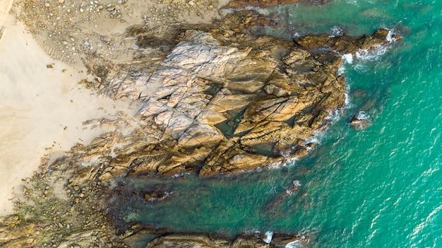 Luchtmeningshommel schot van zeegezicht toneel van strand in phuket thailand met golf die op de rotsen verplettert