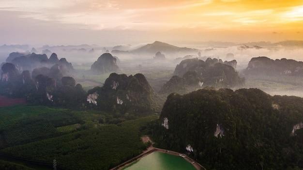 Luchtmeningslandschap van berg in schemeringtijd, krabi thailand