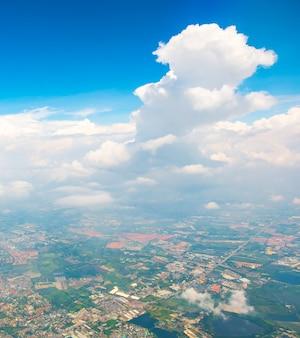 Luchtmeningslandschap van de stad van bangkok in thailand met wolk