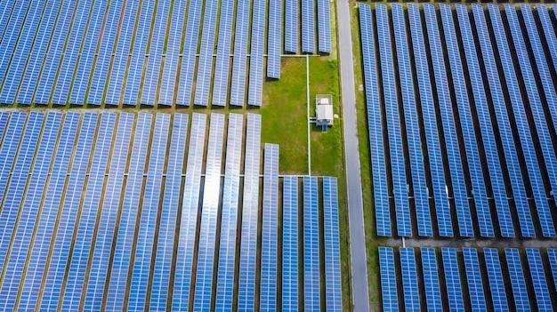 Luchtmeningzonnepanelen, zonne-energielandbouwbedrijf in landelijk, thailand.