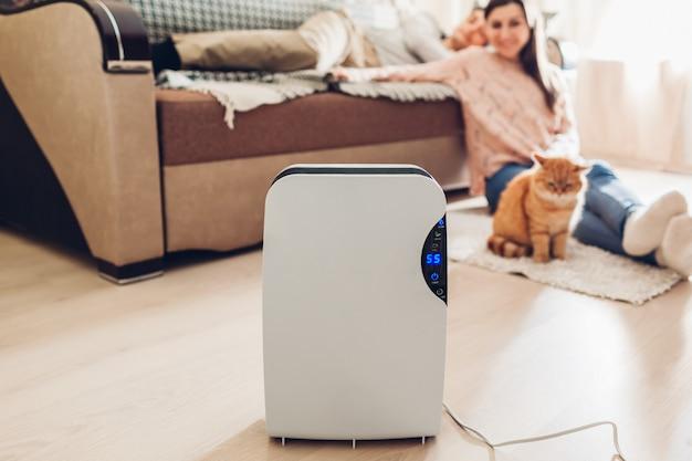 Luchtontvochtiger met aanraakscherm, vochtigheidsindicator, uv-lamp, lucht-ionisator, watercontainer werkt thuis. vochtigheid