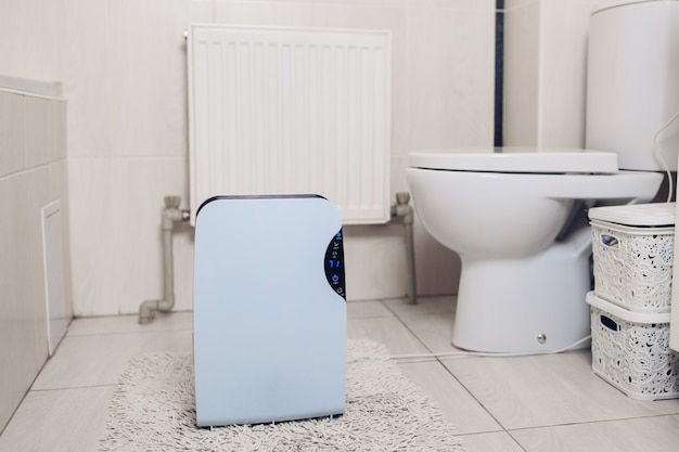 Luchtontvochtiger met aanraakscherm, vochtigheidsindicator, uv-lamp, lucht-ionisator, waterreservoir werkt in badkamer. luchtdroger