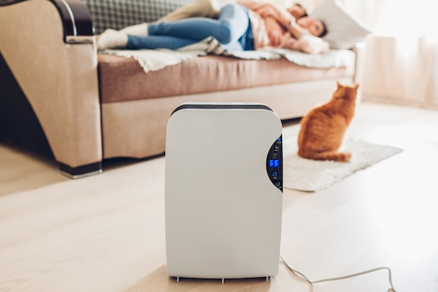 Luchtontvochtiger met aanraakscherm, vochtigheidsindicator, uv-lamp, lucht-ionisator, waterreservoir werkt thuis. luchtdroger