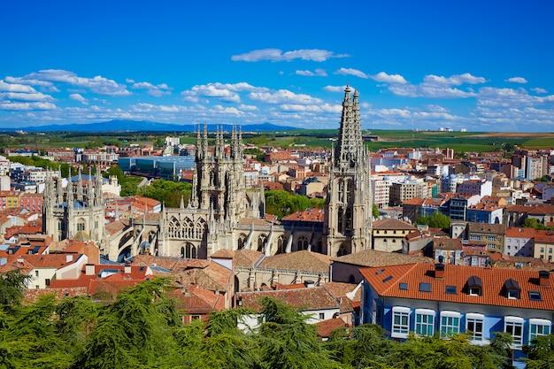 Luchtoverzichtenhorizon van burgos met kathedraal in spanje