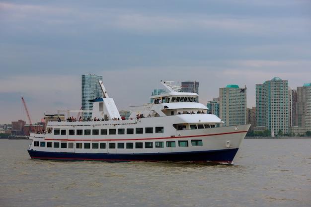 Luchtpanorama in boot zeilen in de hudson rivier in de buurt van het centrum van new york city.