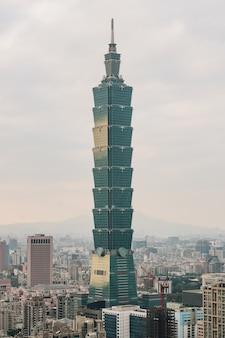 Luchtpanorama over taipeh van de binnenstad met wolkenkrabber 101 van taipeh