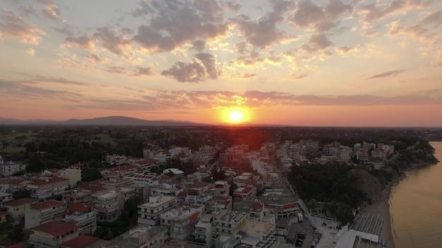 Luchtpanorama van de badplaats en de zee bij zonsopgang nea kallikratia greece