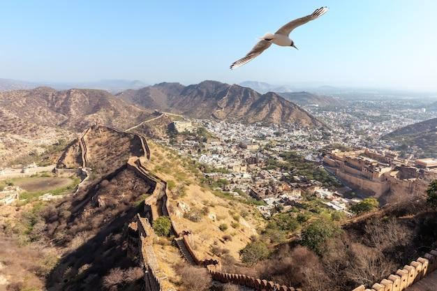 Luchtpanorama van jaipur, mening over amer district.
