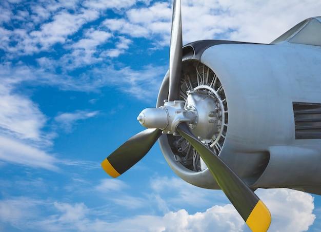 Luchtschroef op blauwe hemel. oud vliegtuig