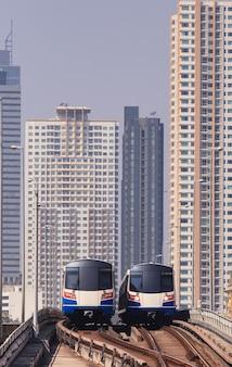 Luchttrein en gebouwen op de achtergrond