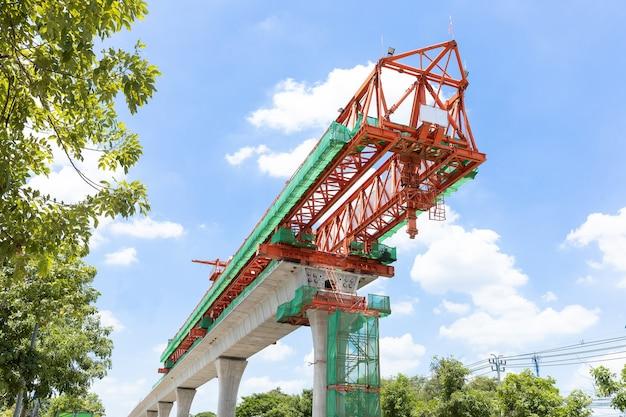 Luchttrein verhoogde spoorlijn, infrastructuur in de stad voor massatransport, in aanbouw