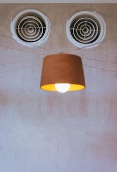 Luchtventilatie aan de muur en lamp zien eruit als robot