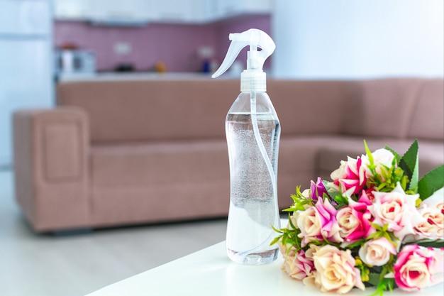Luchtverfrisser op tafel voor een aangename frisse bloemengeur in de kamer thuis