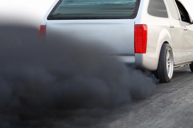 Luchtverontreiniging crisis in de stad van diesel voertuig uitlaatpijp op weg