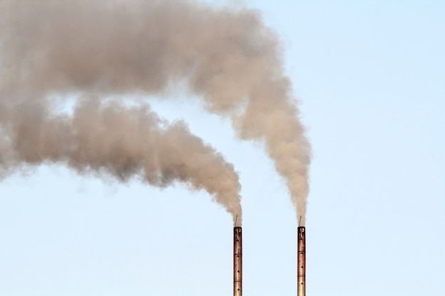 Luchtverontreiniging door rook die uit de fabriek komt