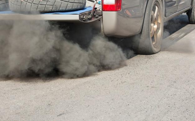 Luchtverontreiniging door uitlaatpijp van voertuigen op de weg