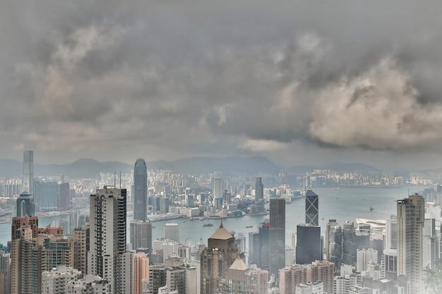 Luchtvervuiling en ecologie in hong kong, wolken, smog en nevel over de stad