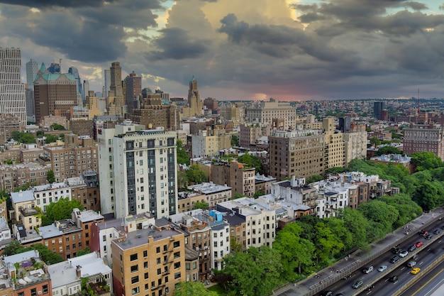 Luchtvlieg over de daken van brooklyn met prachtige brooklyn-appartementen in spectaculaire gebouwen