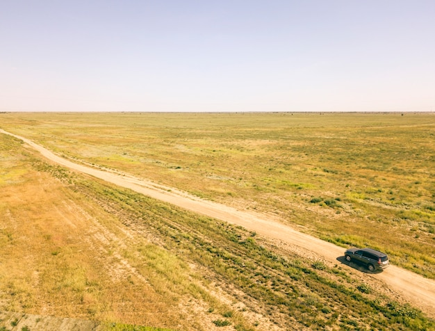 Luchtvliegende mening van off-road 4x4 vrachtwagenvoertuig dat zich op een stoffig gebied beweegt d