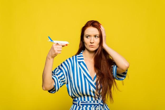 Luchtvluchtreisconcept het meisje is boos van verloren bagage en een mislukte vakantie