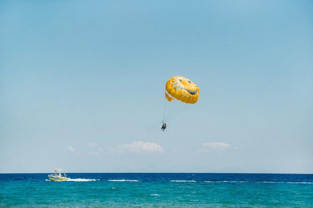 Luchtwaterparachuterit op het eiland zakynthos.griekenland