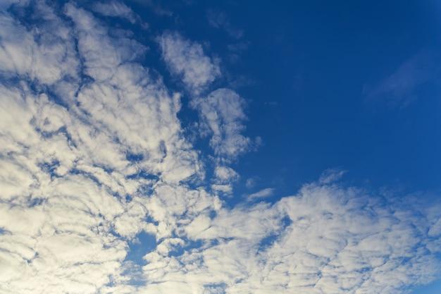 Luchtwolken, lucht met wolken en zonluchtwolken
