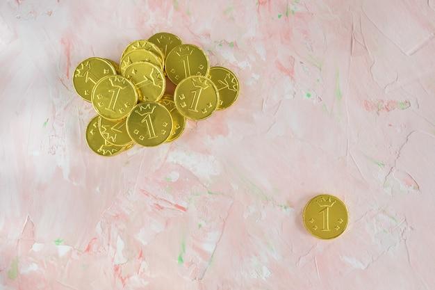 Lucky gouden chocolade munten op roze achtergrond