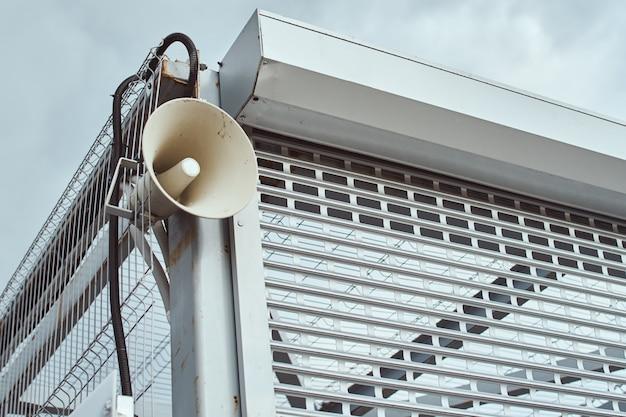 Luidspreker voor het aankondigen van buiten. openbare megafoon op de bouw