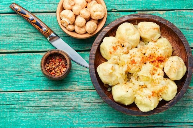 Luie dumplings met champignons.