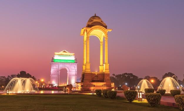 Luifel en de india gate in new delhi, india, nachtzicht.