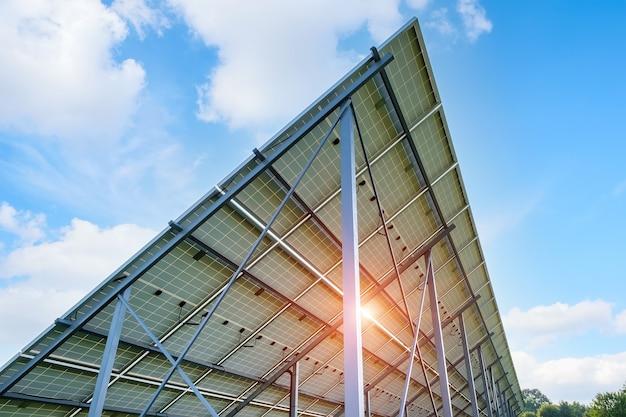 Luifel in de achtertuin gemaakt van zonnepanelen bij woonhuis
