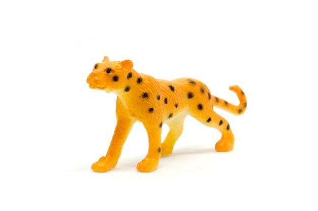 Luipaardmodel op witte achtergrond, dierlijk speelgoedplastiek dat wordt geïsoleerd