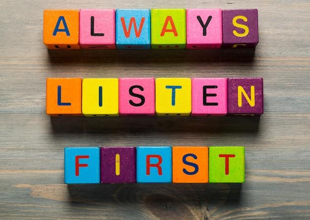 Luister altijd eerst tekst op houten achtergrond