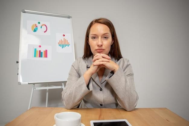 Luister. jonge vrouw die in videoconferentie werkt met collega's, collega's op kantoor. online zakendoen, onderwijs tijdens coronavirusisolatie en quarantaine. werk, financiën, modern tech concept.