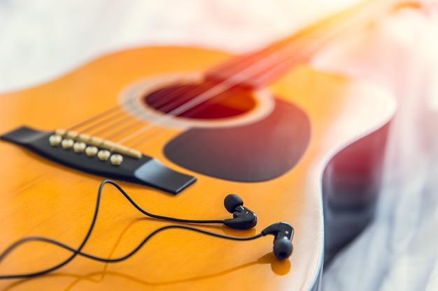 Luisteren en de muziek met gitaar spelen, ontspan gelukkige tijd met liedconcept