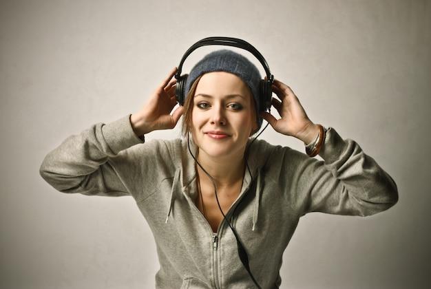 Luisteren naar muziek op een koptelefoon