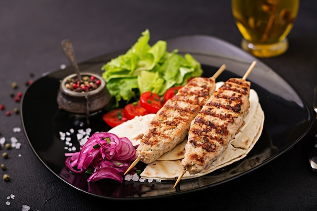 Lula kebab van gegrilde kalkoen (kip) met verse groenten.