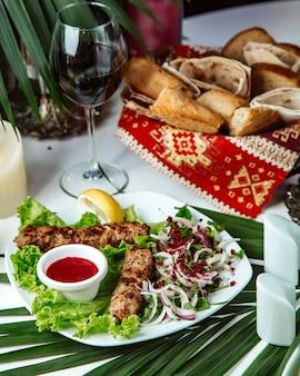 Lule-kebab met glas rode wijn