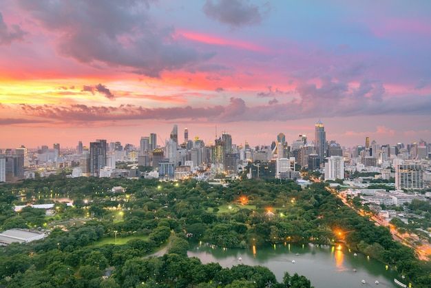 Lumpinipark en de stad van bangkok de bouwmening van dak hoogste bar op hotel, bangkok, thailand