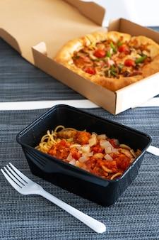 Lunch instellen, pizza met pasta. voedsellevering.