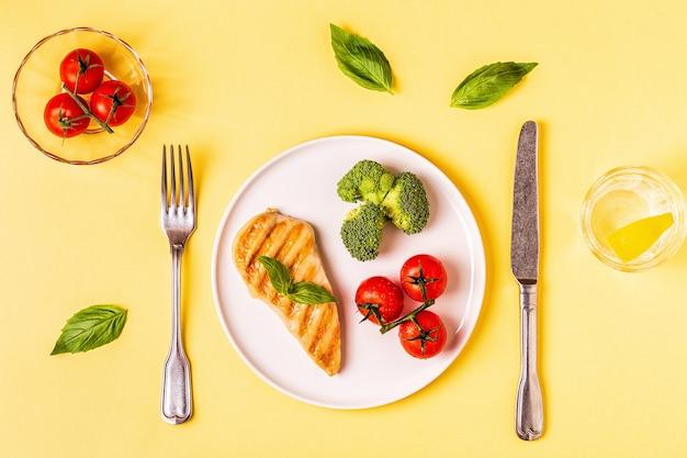 Lunch met kip, broccoli en tomaten