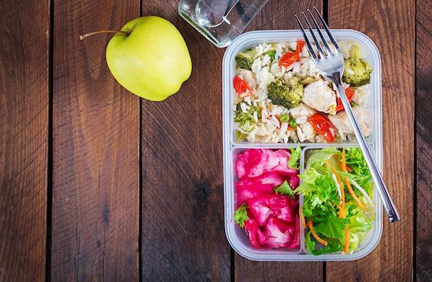 Lunchbox kip, broccoli, groene erwten, tomaat met rijst en rode kool