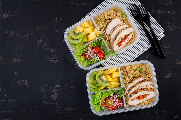 Lunchbox met kip, bulgur, microgreens, tomaat en fruit