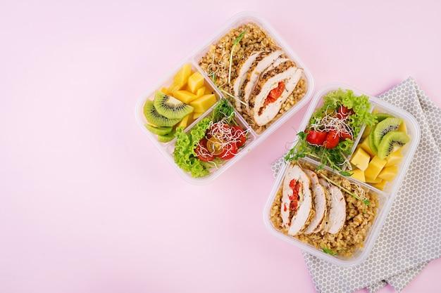 Lunchbox met kip, bulgur, microgreens, tomaat en fruit