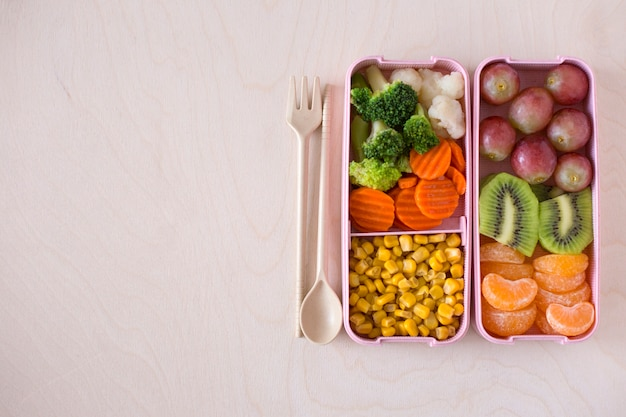 Lunchdozen met vegetarisch voedsel op houten hoogste mening als achtergrond. veganistische lunch