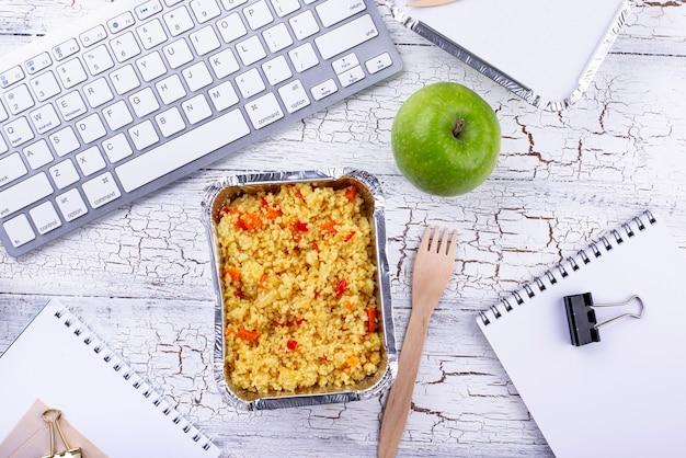 Lunchtijd bij bezorging van eten op kantoor