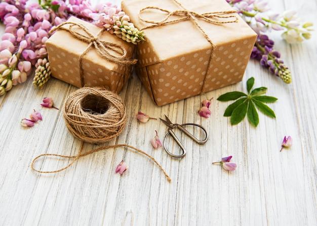 Lupinebloemen en geschenkdozen