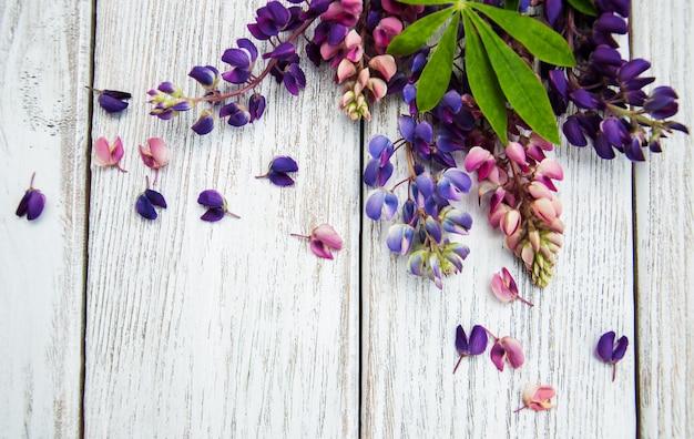 Lupinebloemen op een tafel