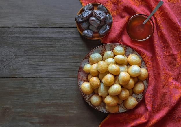 Luqaimat - traditionele zoete bollen van de vae zoete ramadan-bollen.
